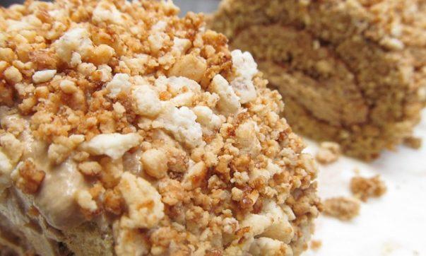 Рулет с грецкими орехами и медом