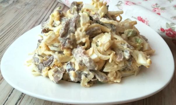 Салат из куриных потрошков и яиц
