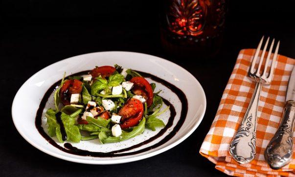 Творожный салат с маслинами и помидорами